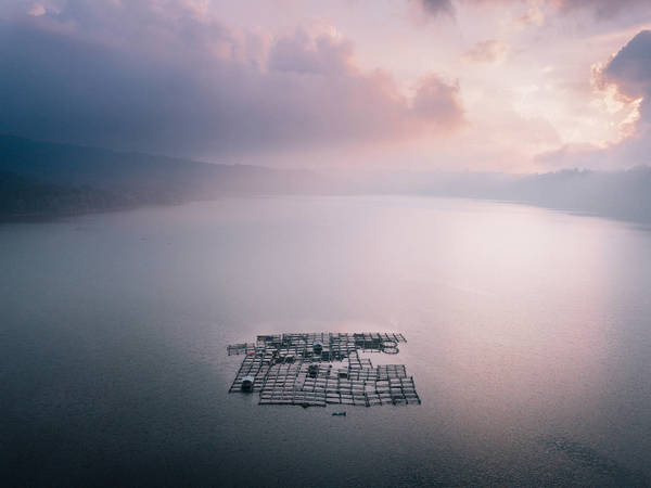 HIGH ANGLE VIEW OF FLOATING ON SEA AGAINST SKY