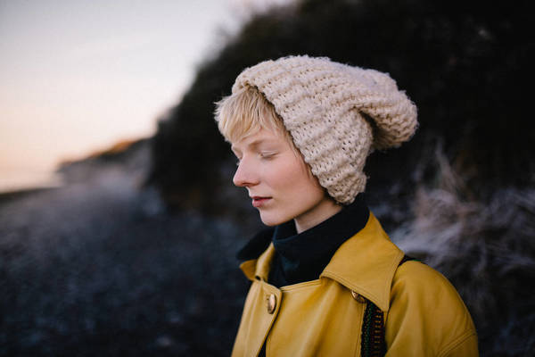 CLOSE-UP OF WOMAN IN KNIT HAT