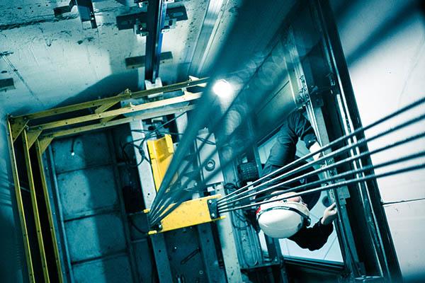 ¿Cómo evitar multas por fallas en el ascensor de tu Comunidad?
