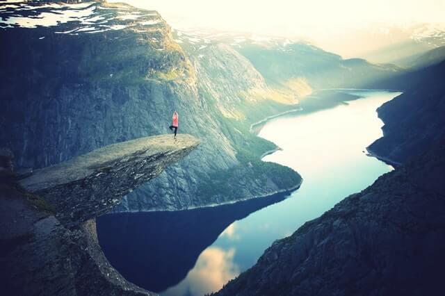 mujer haciendo yoga en una montaña