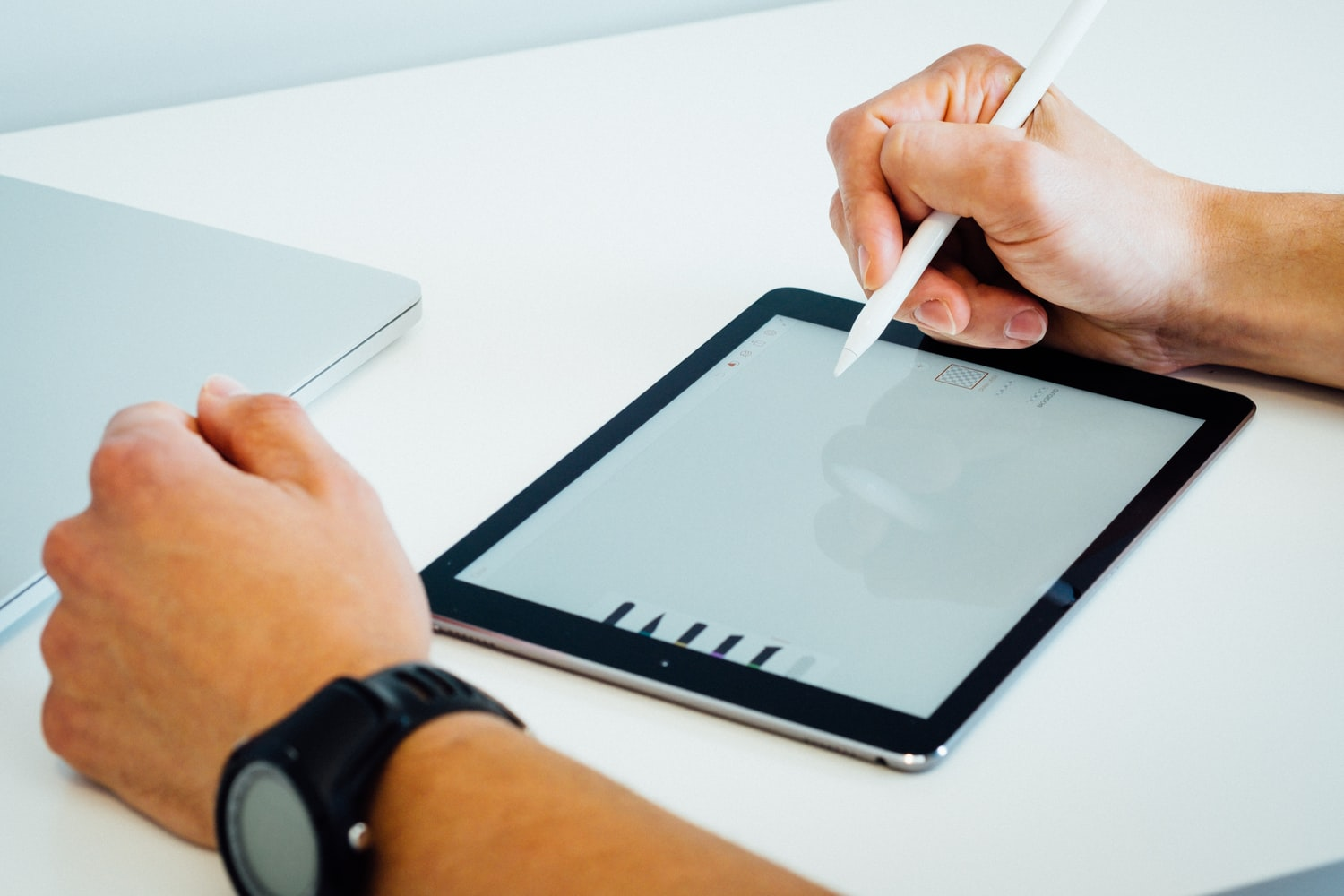 Person with a tablet making an electronic signature