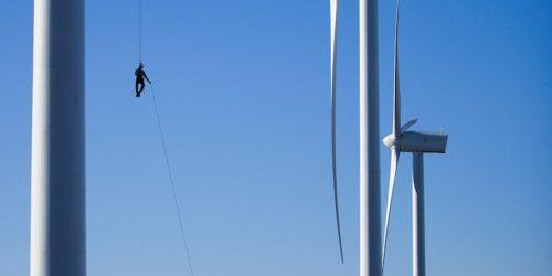 Bilde av person som arbeider på vindmølle