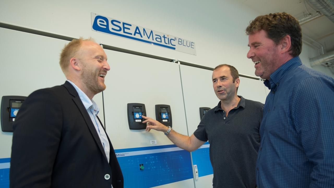 Daglig leder Willie Wågen i Sustainable Energy, prosjektleder Pål G. Eide og daglig leder Gunvald Mortvedt i Westcon Power & Automation på det nåværende testlaboratoriet.