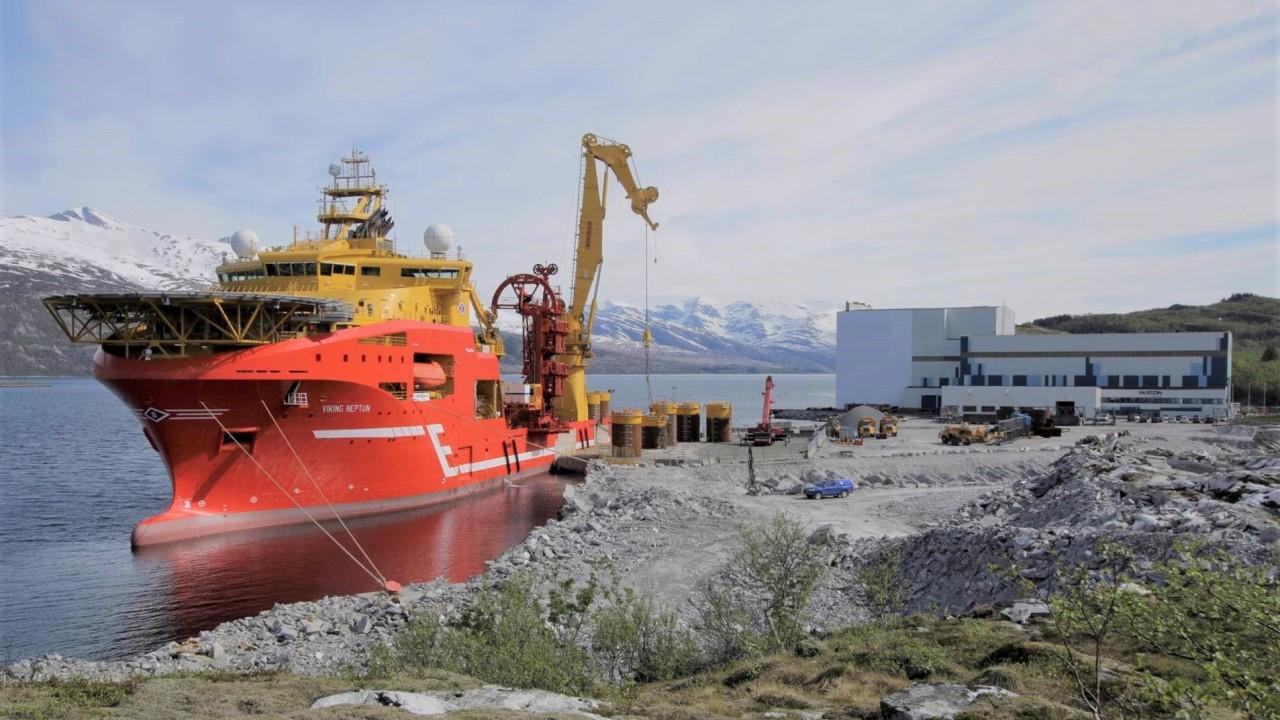 Ankene lastes ombord fartøyet Viking Neptune som frakter dem til Barentshavet for installasjon på Johan Castberg-feltet.