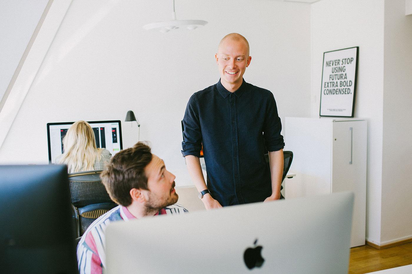 Våra designers Fredrik och Lukas i samtal på Bombayworks stockholmskontor.