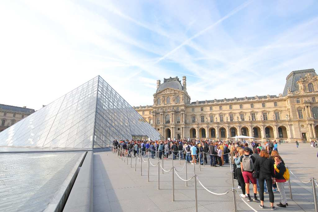 long line to enter the Louvre.