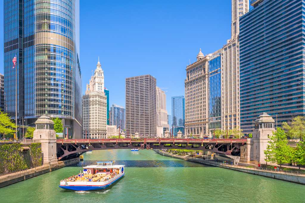sightseeing cruise on Chicago river.
