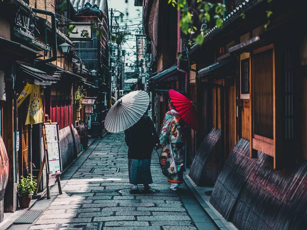 women wearing kimonos in Japan.