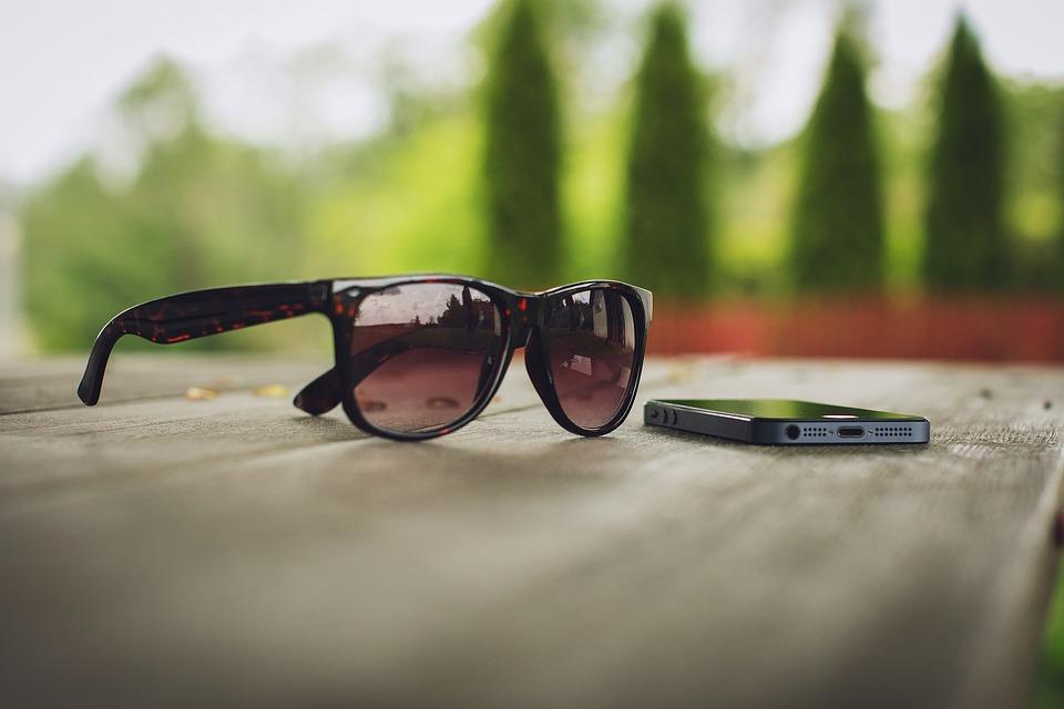 Figura 3. Utilizar objetos pessoais - celular, óculos escuro, maquiagem - de uma pessoa com conjuntivite pode nos contaminar. (Fonte: Pixabay)