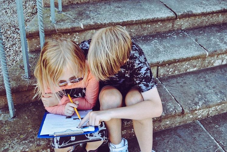 Acompanhar a leitura com o dedo pode indicar um problema de visão. (Fonte: Pixabay)