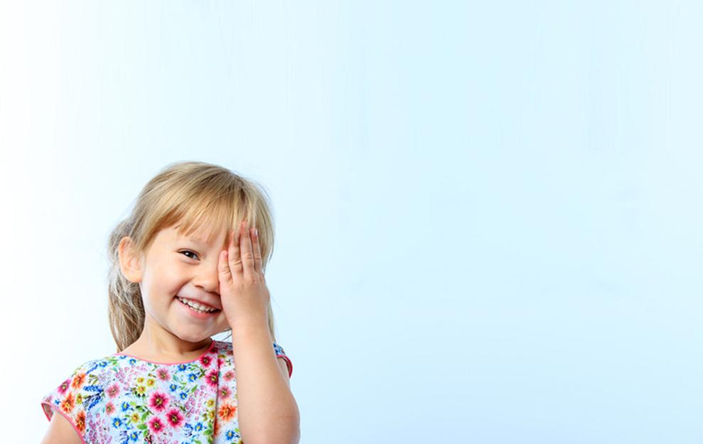tampar o olho com uma mão para enxergar pode ser ambliopia. (Fonte: Popular Science Italy)