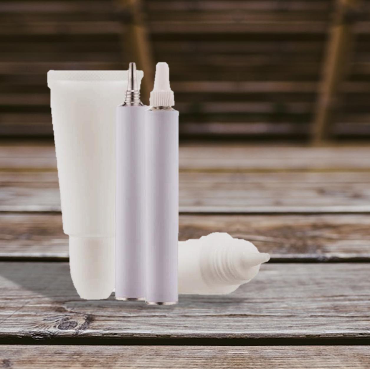 Imagens de pomadas sobre uma mesa -  Pomadas são remédios e seu uso necessita de acompanhamento médico. (Fonte: Rede Olhos)