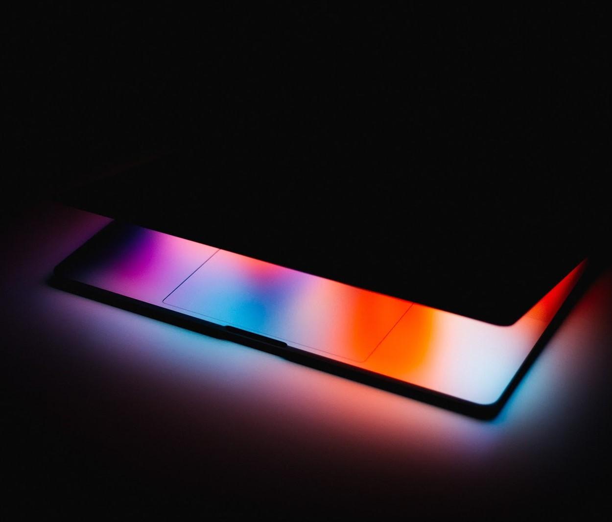 notebook entreaberto com tela com alto brilho - Oalto brilho das telas provoca cansaço nos olhos. (Fonte: Unsplash)