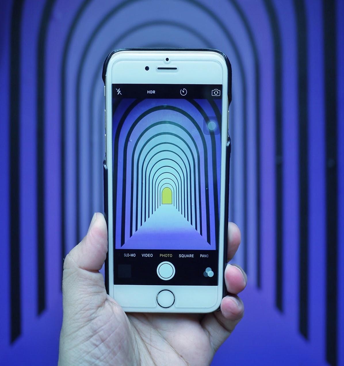 Iphone em uma mão, com tela muito colorida - O ajuste ideal é aquele em que seus olhos ficam mais confortáveis. (Fonte: Unsplash)