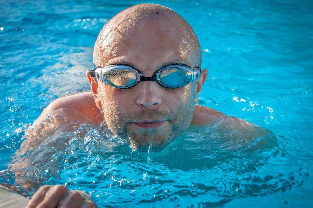 Retirar as lentes é a melhor opção, se for usá-las opte por uma de descarte diário e utiliza-a junto ao óculos de natação.