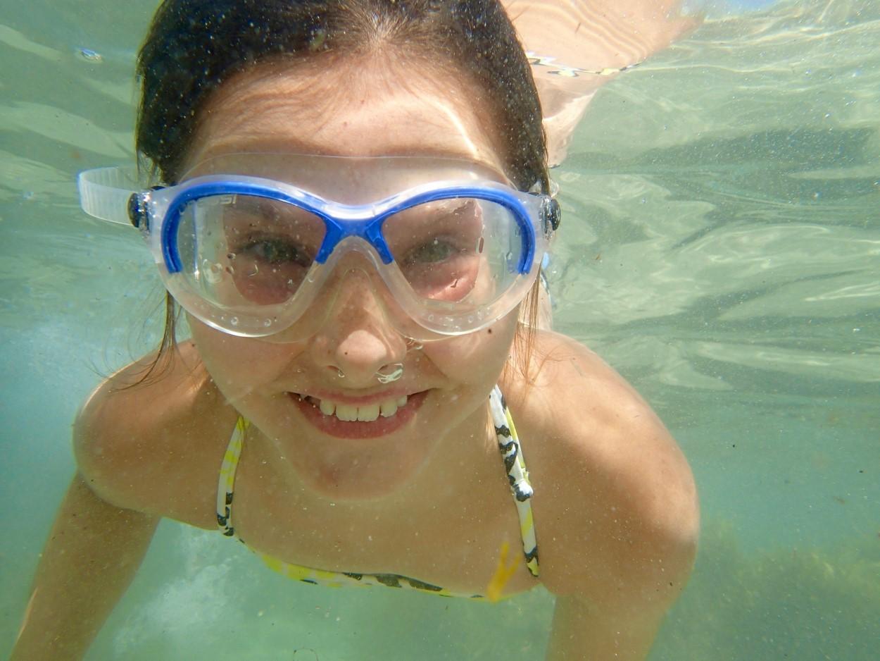 Existem muitos modelos de óculos de natação, o importante é que eles sejam confortáveis e não deixem a água entrar em seus olhos.