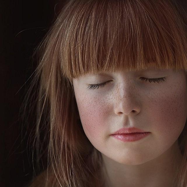 Menina piscando os olhos - Pisque os olhos frequentemente para mantê-los lubrificados. (Fonte: Pixabay)