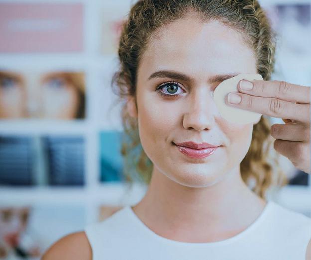 Mulher limpando o lho com um disco de algodão - Figura 3. A higiene dos olhos deve ser uma prática diária. (Fonte: Pixabay)