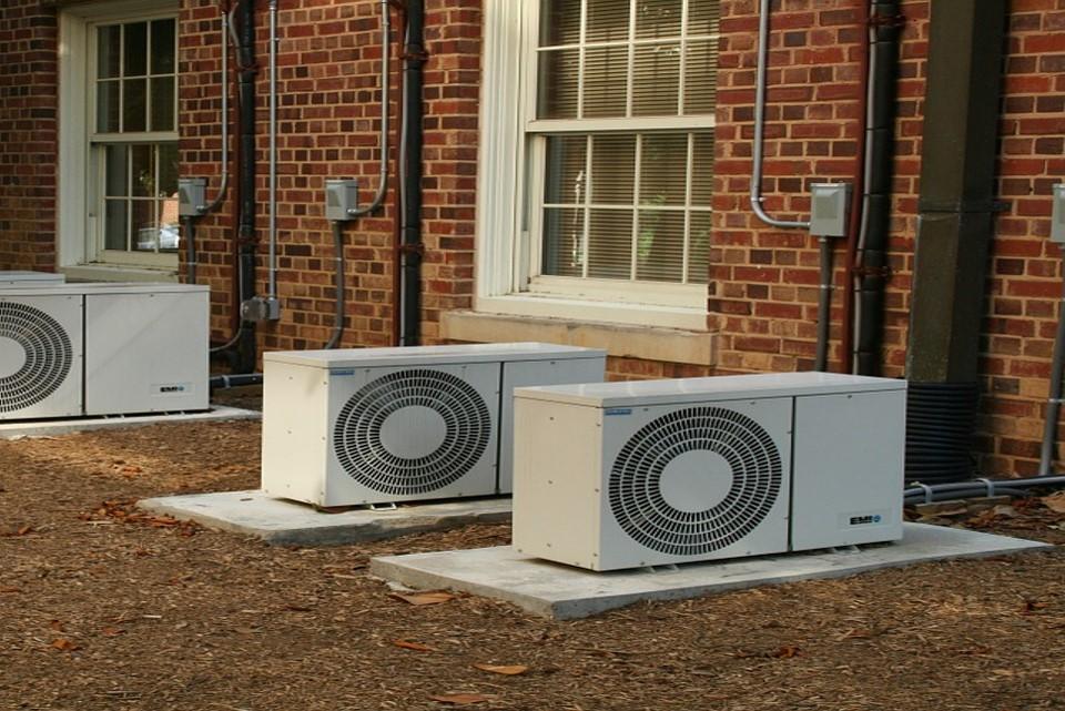 Condesadores de ar condicionado do lado de fora de residências - Evite ambientes com ar condicionado. (Fonte: Pixabay)