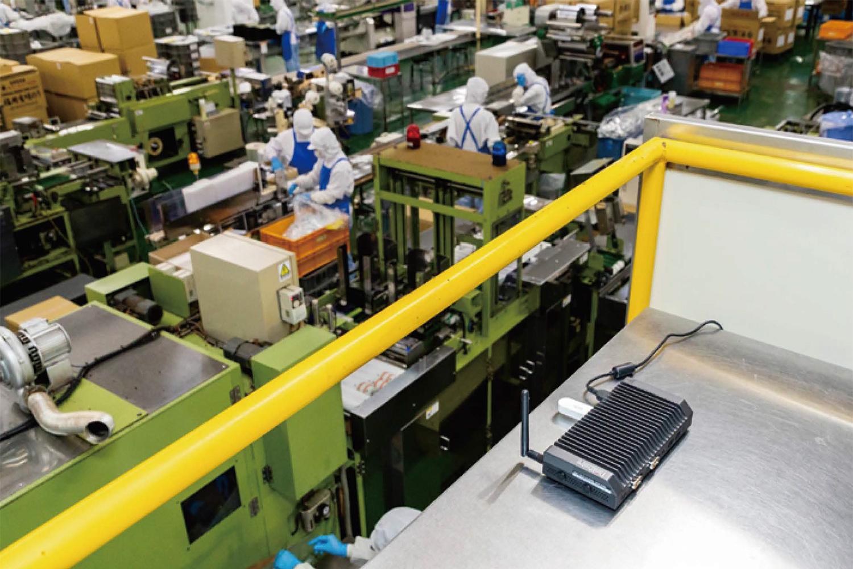 工場側に設置されたThinkCentre M90n-1 Nano loT / Gravioを使ったloTソリューション。温湿度センサーのデータの収集・加工(前処理・分析)をリアルタイムに行う。