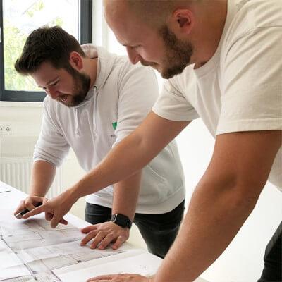 Weissmaler beim planen des Projektes