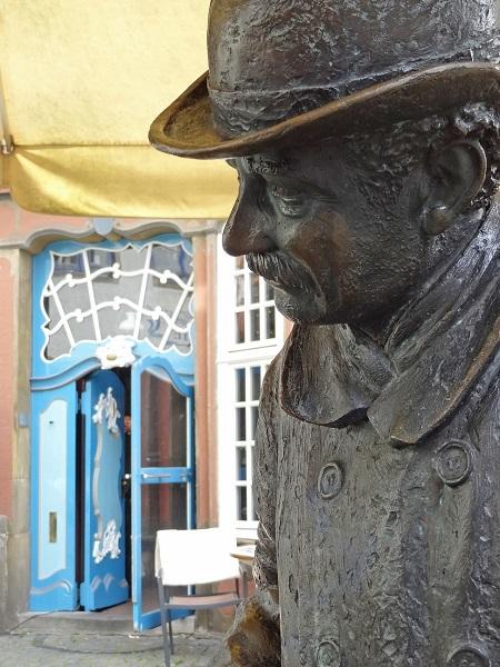 Heini Holtenbeen Statue