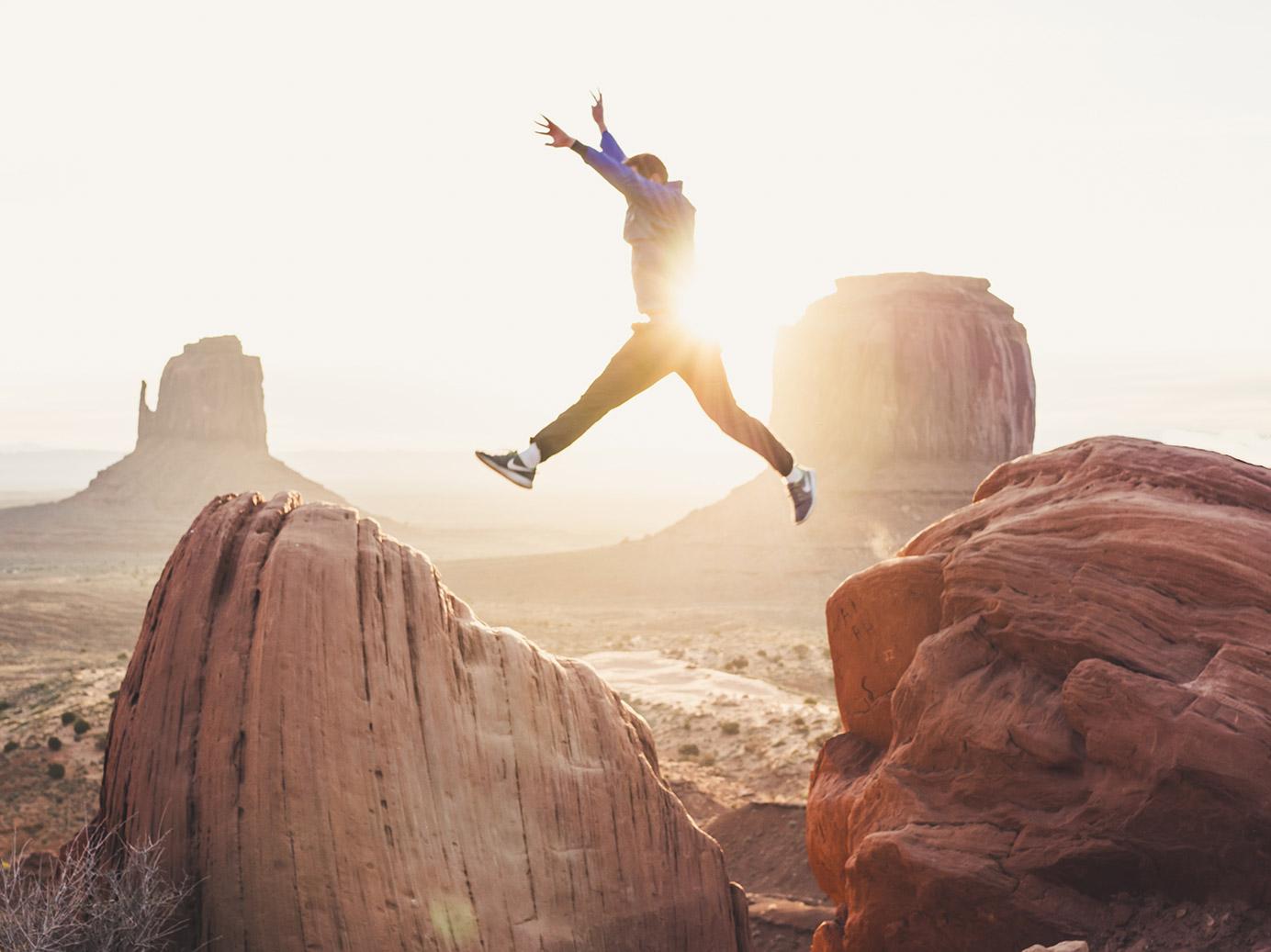 person hoppar - spara pengar lycka