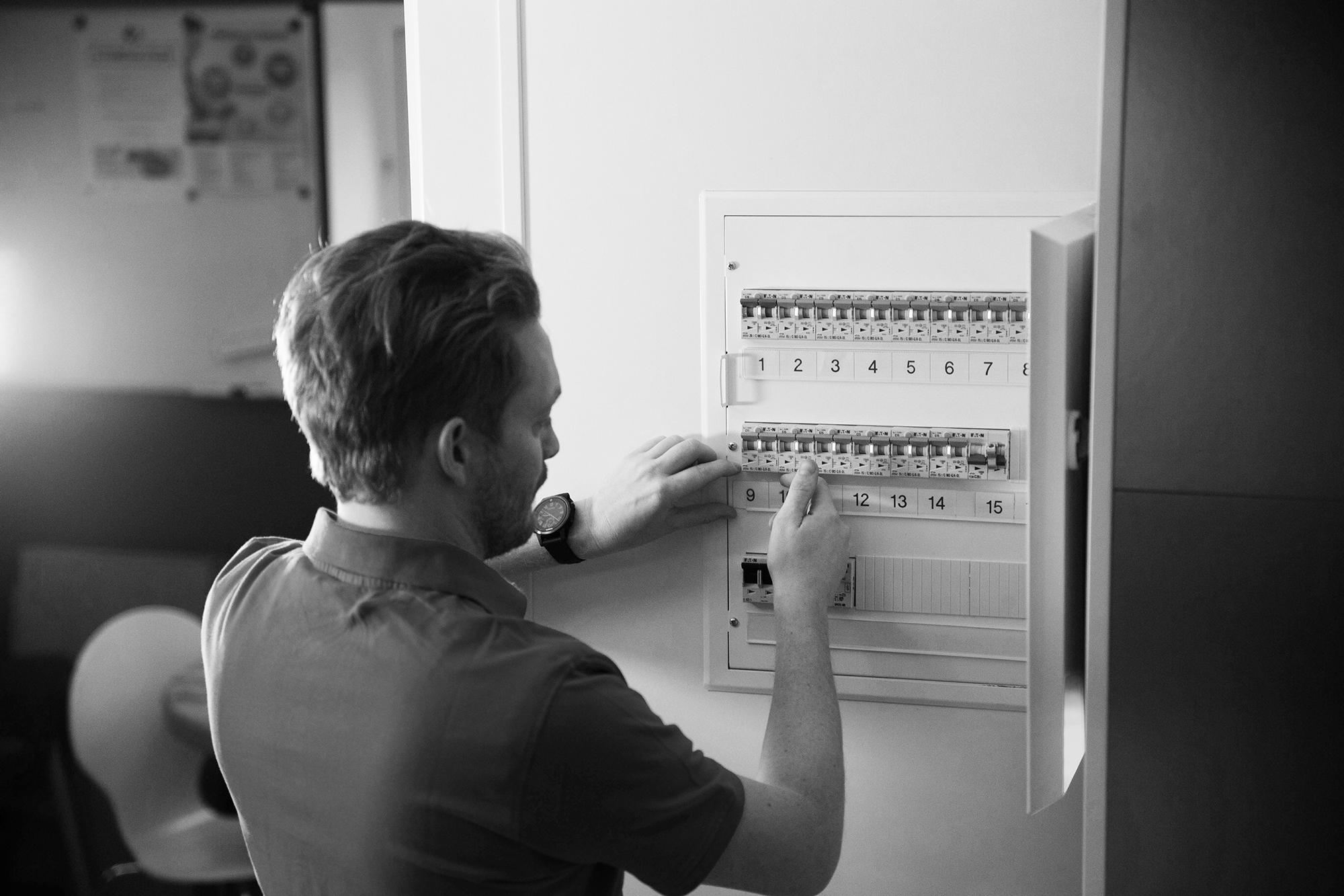 Stoltelektro_prosjektering mann i sikringsboks_foto