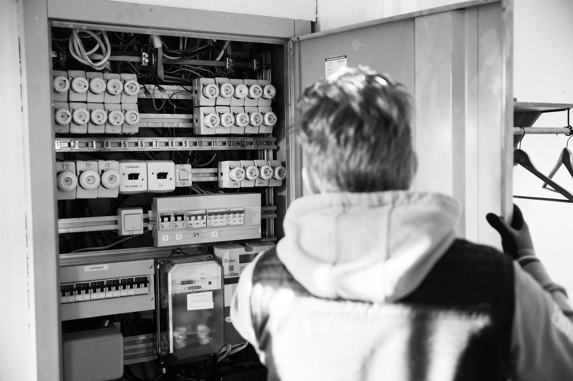 Stoltelektro_Elektriker i sikringsboks_Foto
