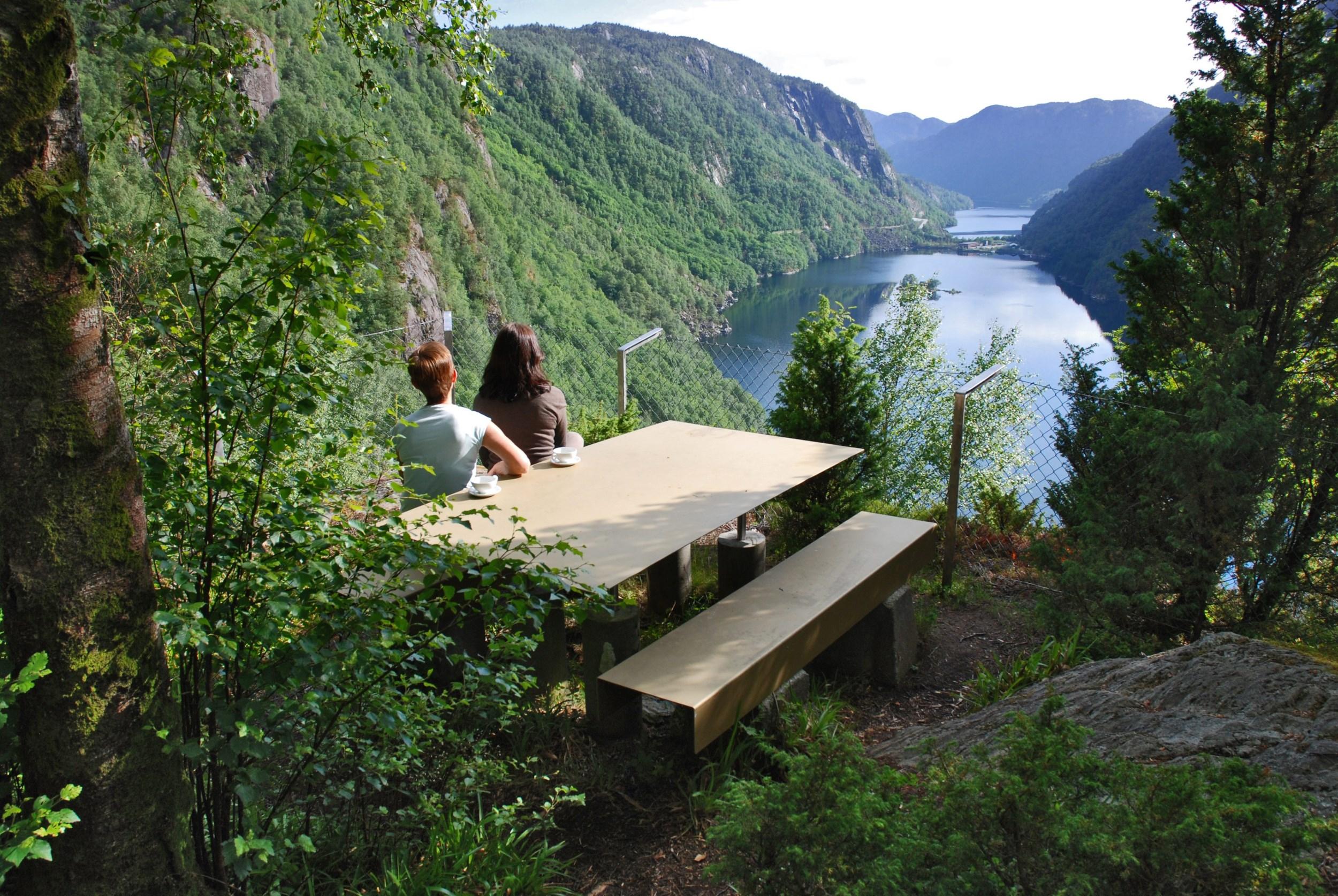 Menneske som ser utover Lovrafjorden ved utkikkspunkt