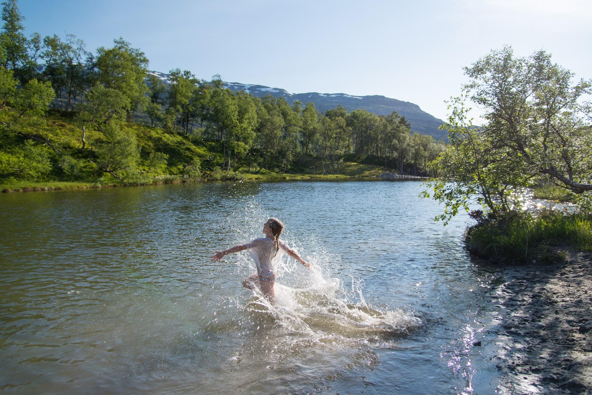 Person som bader i elva