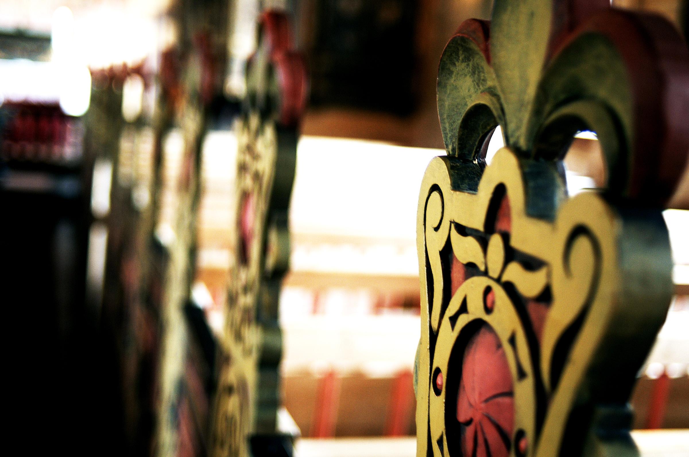 Bildete av detaljar på stol i Jelsa kyrkje