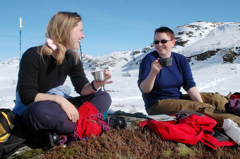 Menneske som har lunsj i snøen