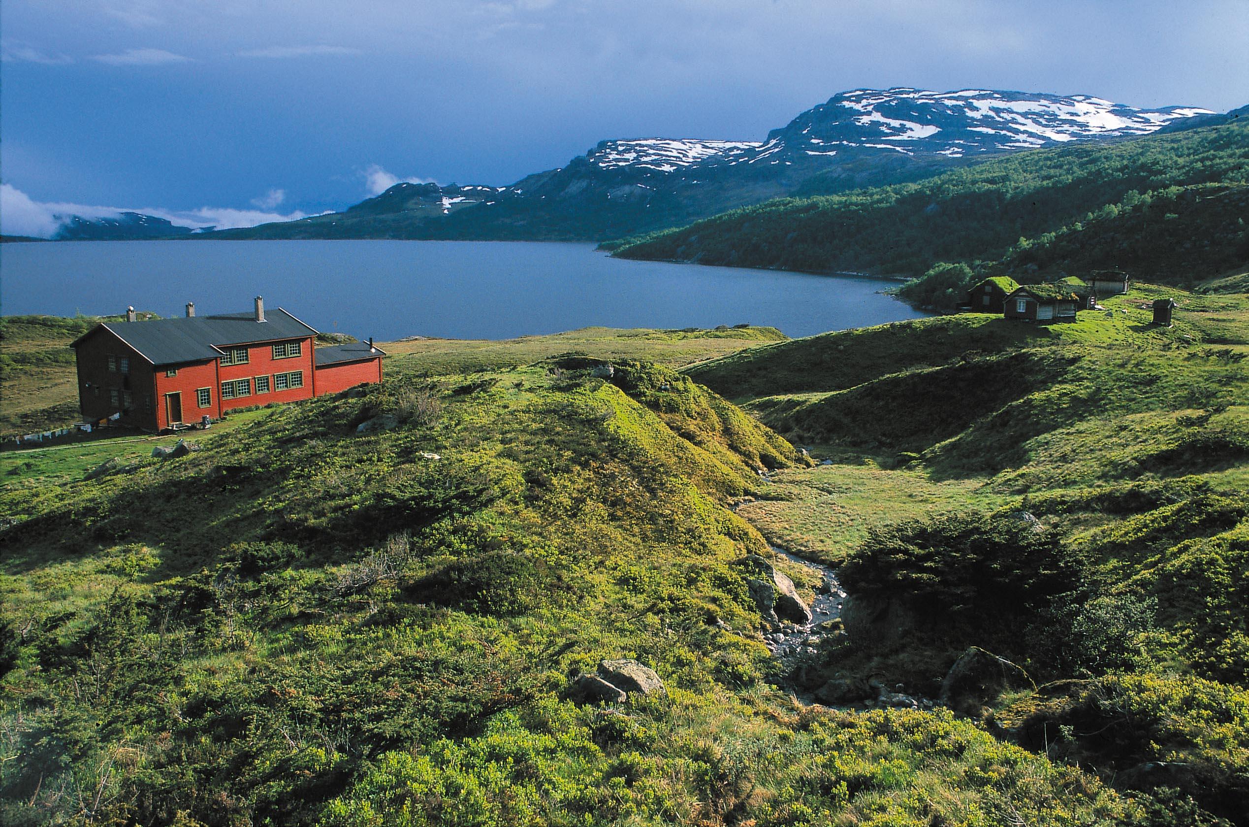 Sandsahytta er Stavanger Turistforenings største ubetjente hytte med 42 senger. Hytta egner seg ypperlig for skoleklasser og lag. Det er gode fiskemuligheter i Sandsavatnet. Foto: Stavanger Turistforening