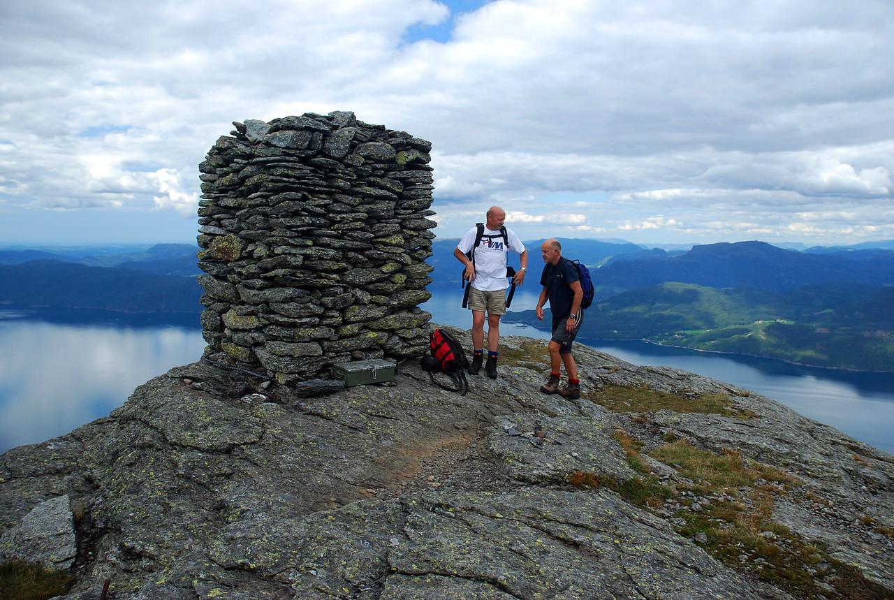 To menneske på fjelltopp