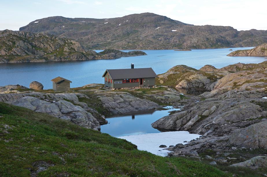 Oversiktsbilete av Krossvatnhytta i flott norsk natur.