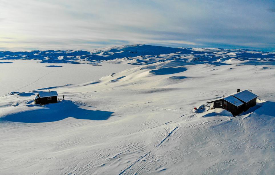Fugleperspektiv av Holmevasshytta i vinterlandskap.