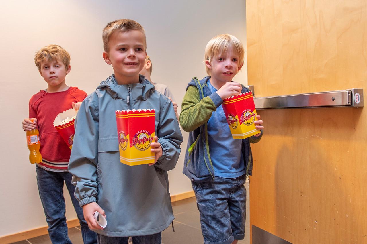 Ungar på kino ved Suldal kulturhus