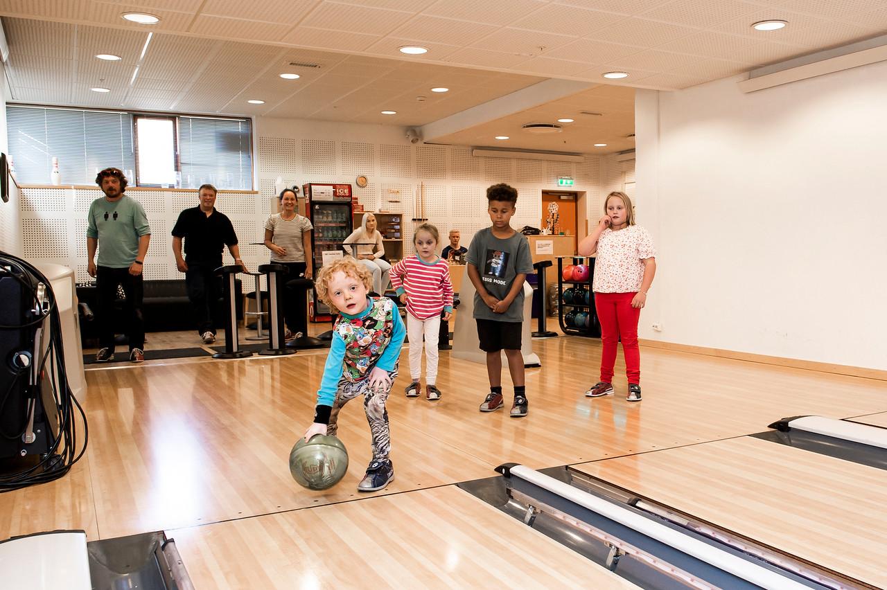 Ungar som speler bowling