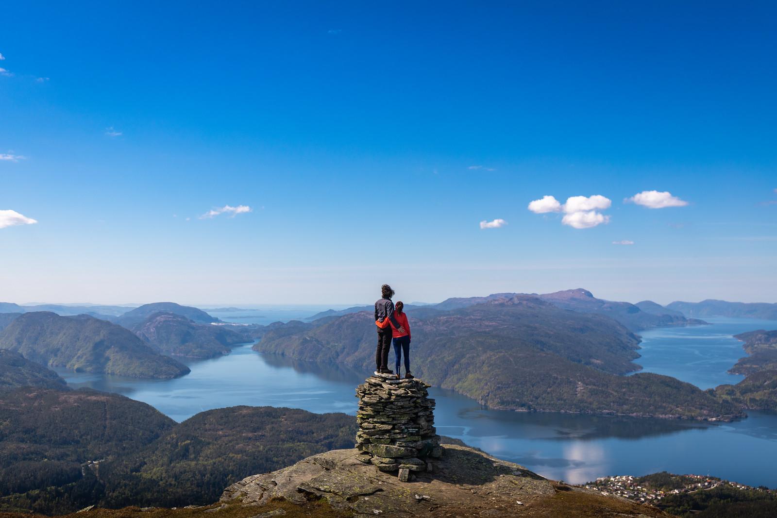 To menneske på fjelltopp med flott utsikt