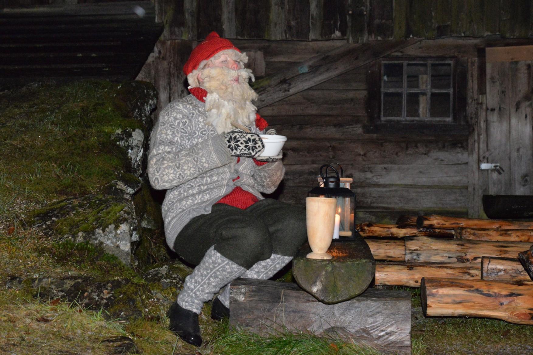 Person utkledd som julenisse i tradisjonell norsk drakt.