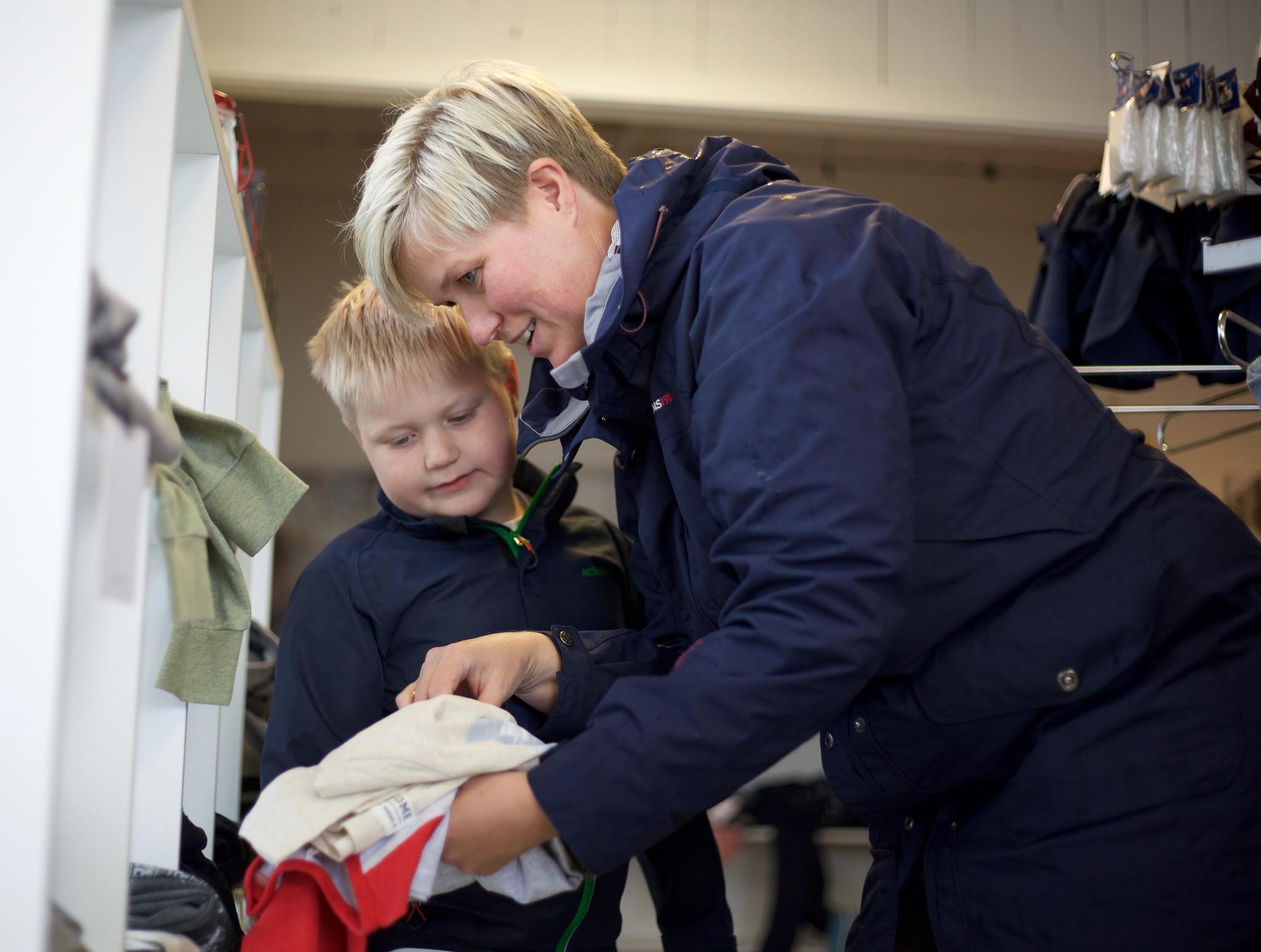 Mor og son som handlar