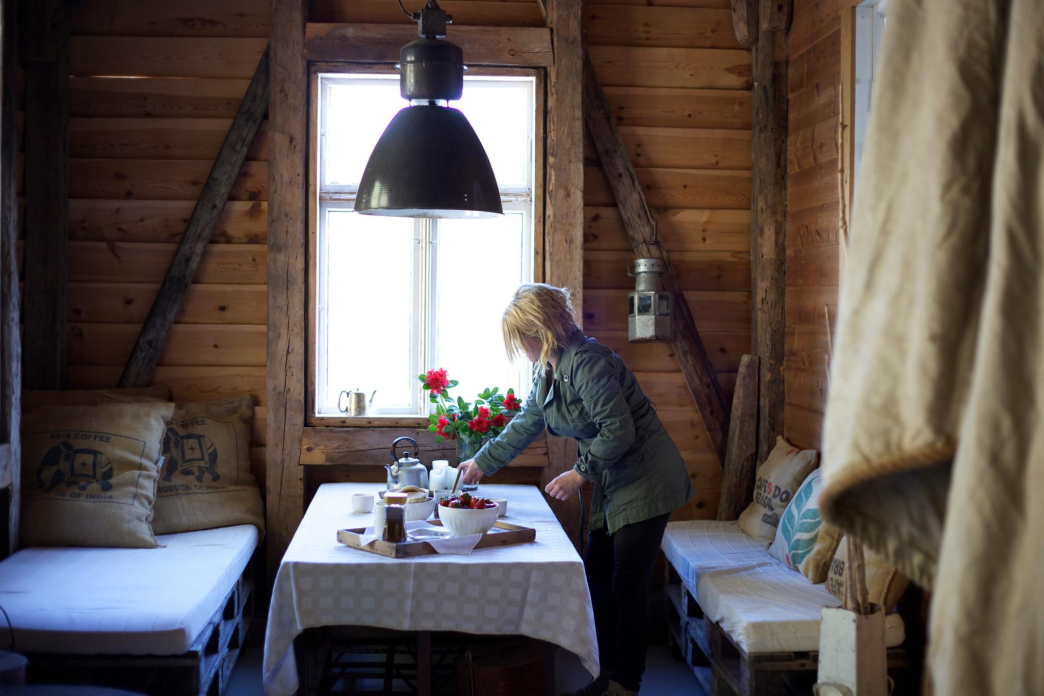 Dame på hytte