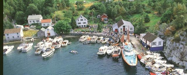 Liv på fjorden ved ei grend