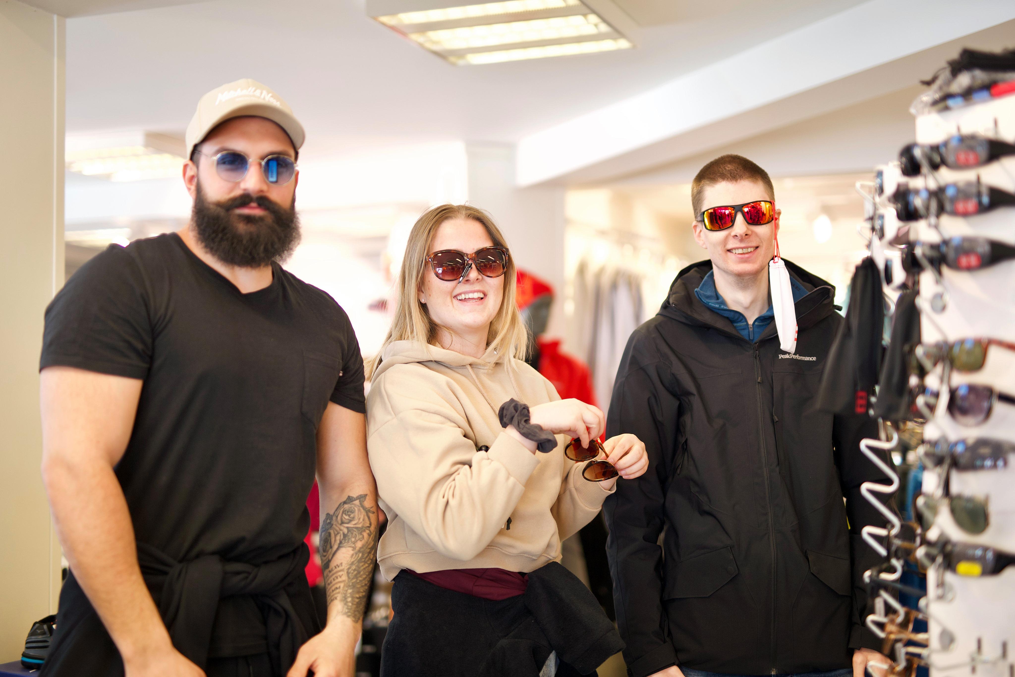 Personar som testar solbriller i butikk