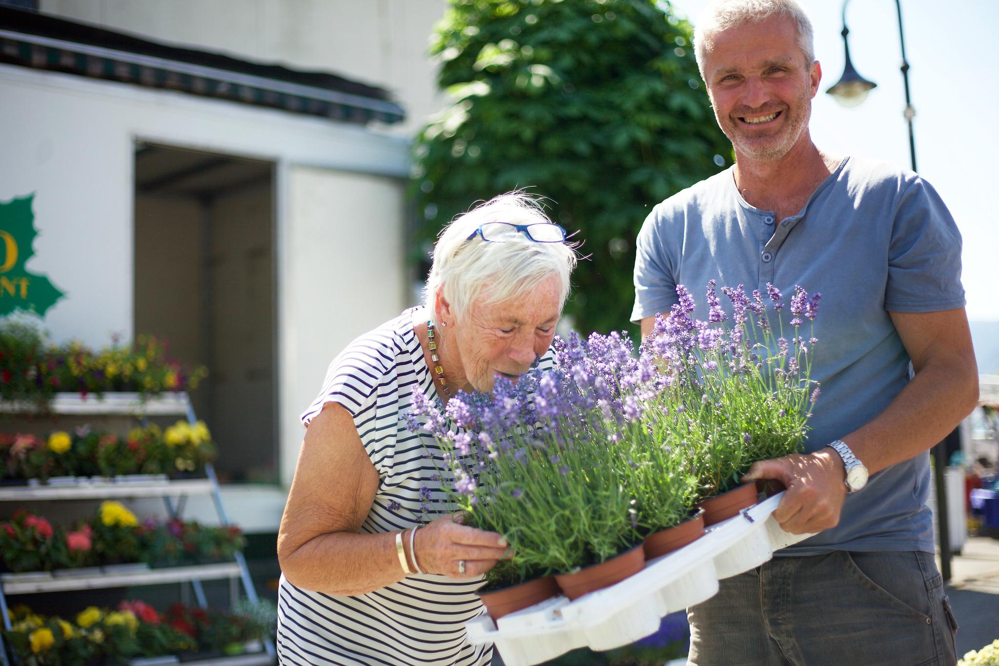 Dame som kjøper blomar