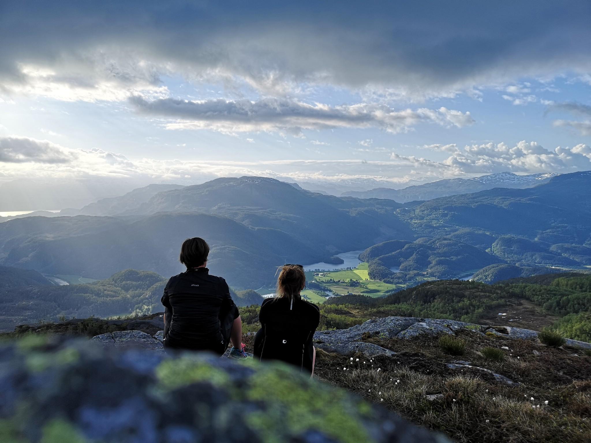Utsikt fra fjelltopp over dalføre