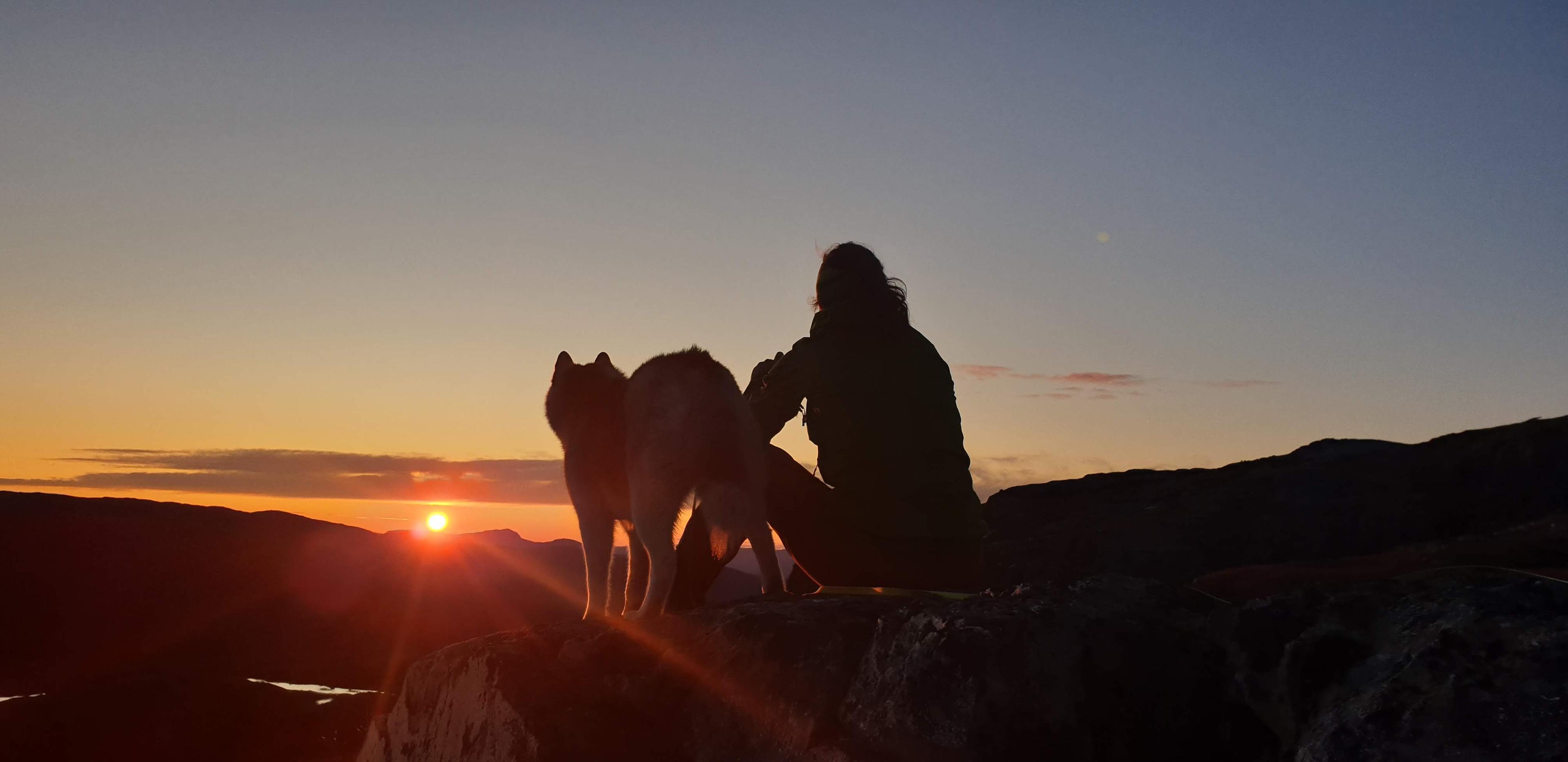 På fjelltopp i solnedgang
