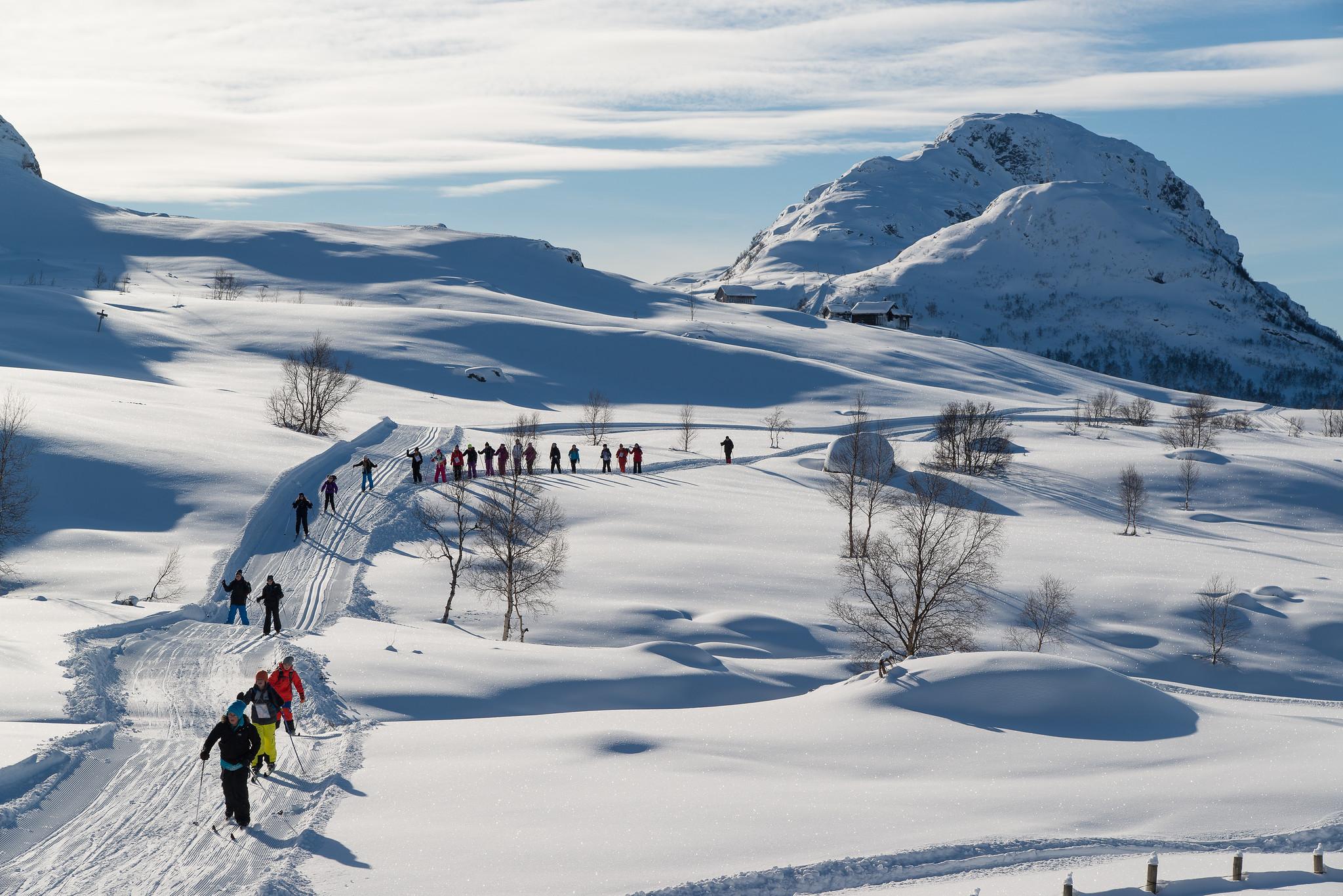 Personar på tur i skispor