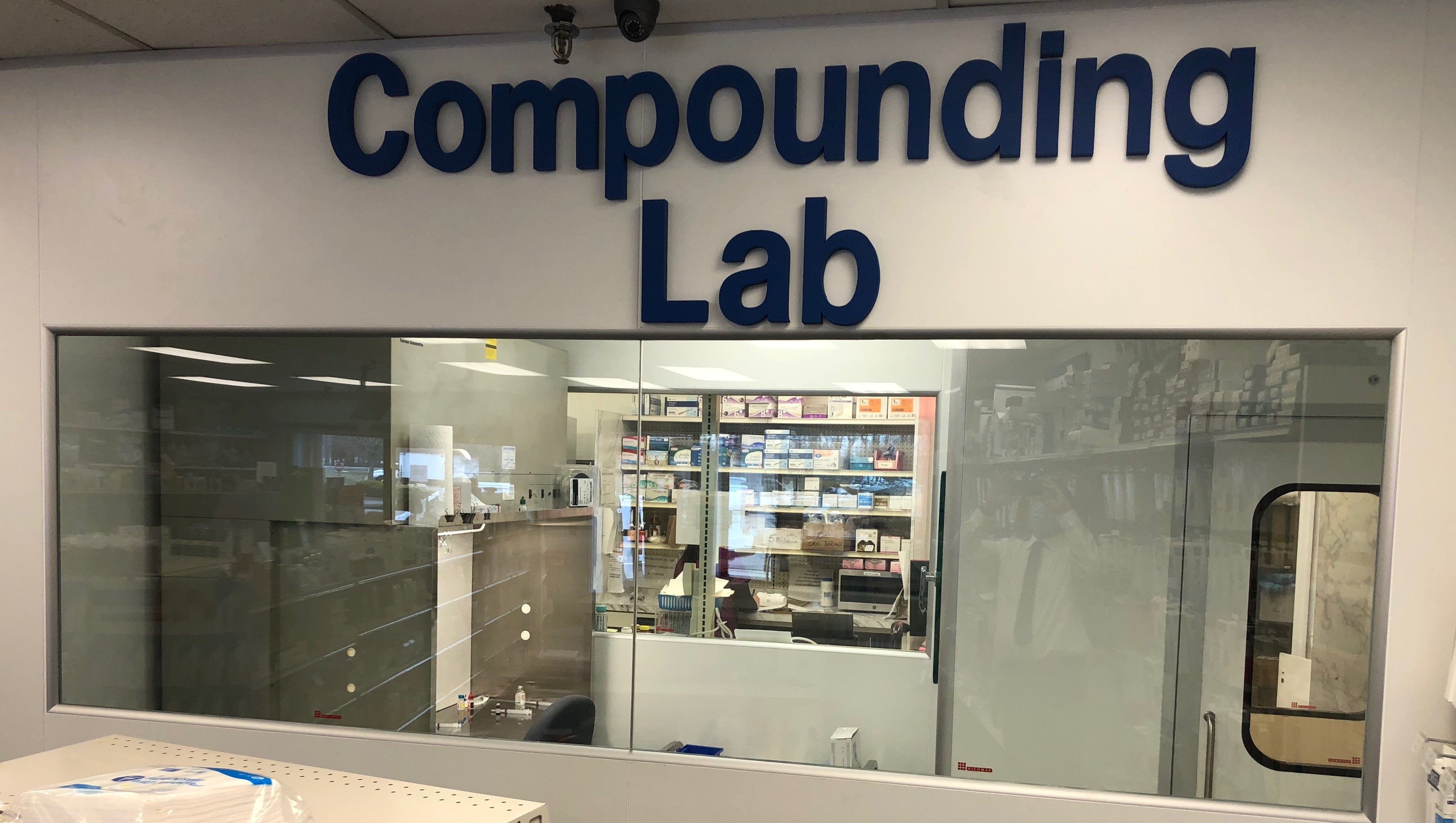 cleanroom glass wall to make the cleanroom lab visible for customers